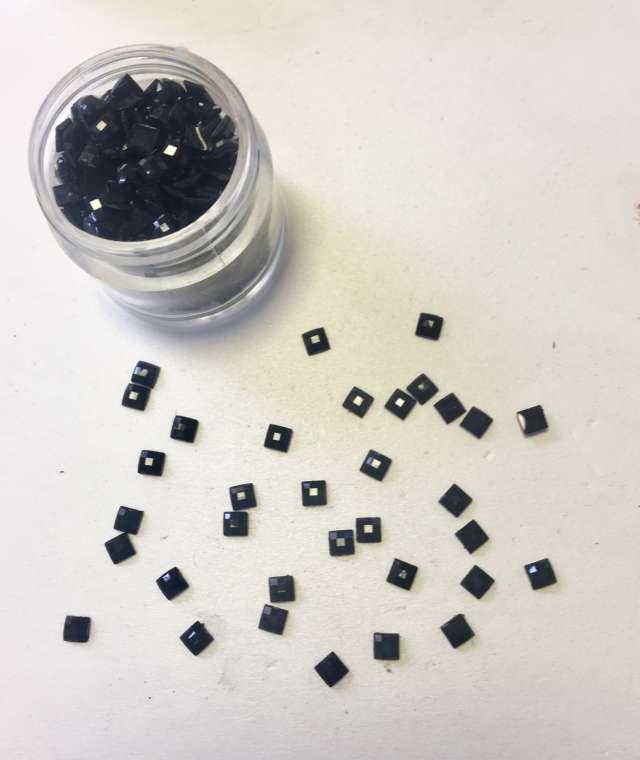 אבנים להדבקה על הפנים וגוף-מרובע קטן שחור