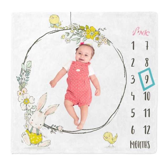 שמיכת חודשים עם שם התינוק - דגם ארנב בחישוק