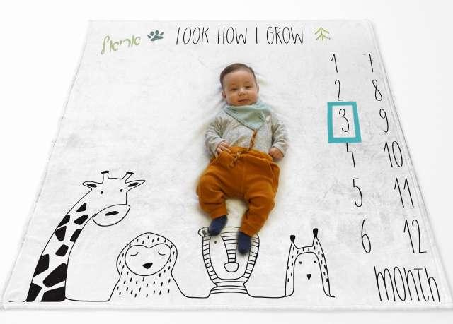 שמיכת חודשים עם שם התינוק - דגם חיות שחור לבן