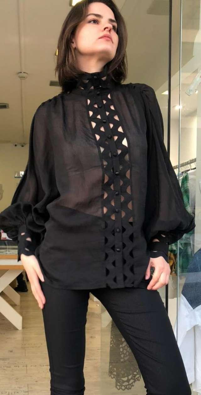 חולצת משי שחורה עם פתחים