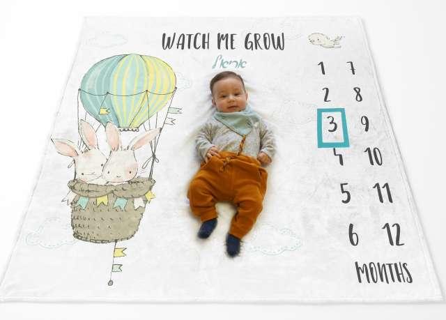 שמיכת חודשים עם שם התינוק - דגם ארנב בכדור פורח