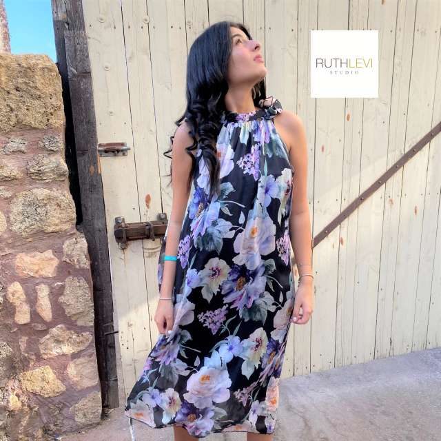 שמלת משי קולר צבעונית ארוכה- רקע שחור עם פרחים