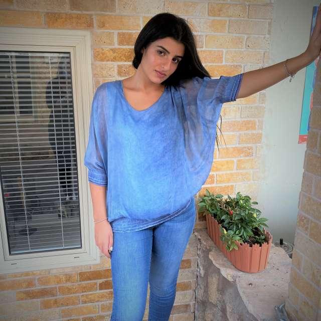 חולצת עטלף עם גומי בשרוולים ובמותניים -שרוול 3/4 כחול